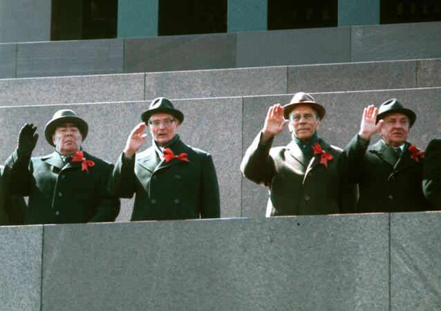 Vedoucí strany a vládní představitelé na stupních mausoleum v průběhu průvodu 1. května 1978