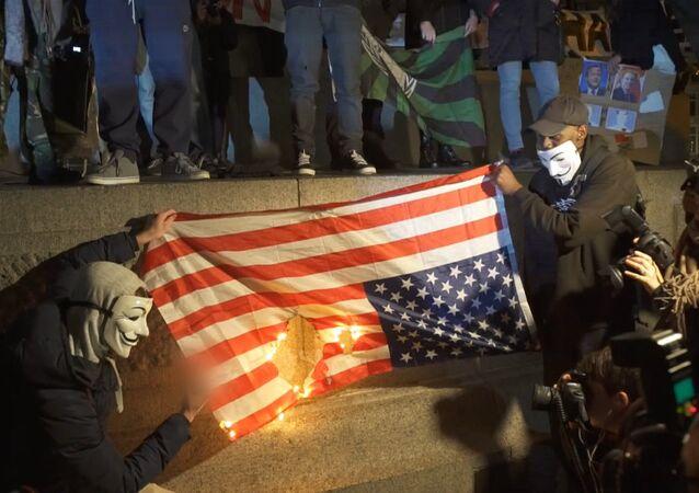 Aktivisté Anonymous spálili vlajku USA v Londýně