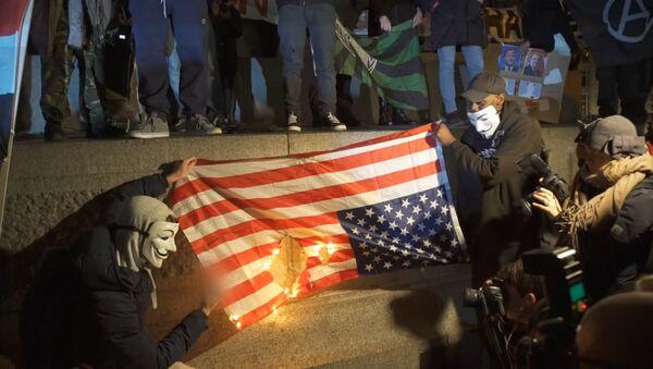 Aktivisté Anonymous spálili vlajku USA v Londýně - Sputnik Česká republika
