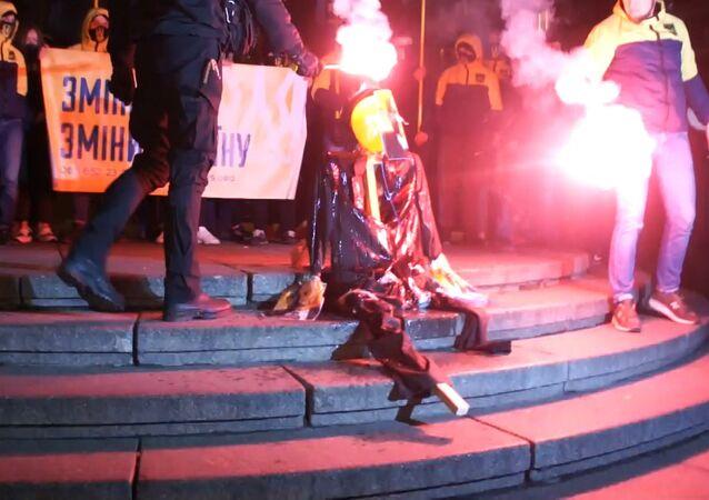 Výročí revoluce v ukrajinském stylu aneb proč spálili strašáka Lenina v Kyjevě. Video