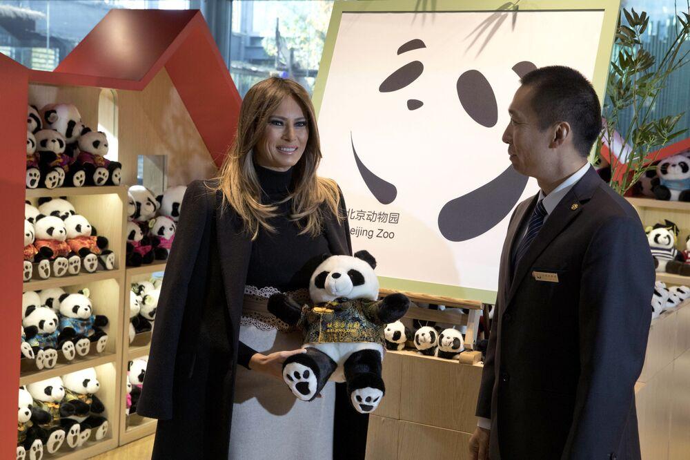 Melania Trumpová během návštěvy Pekingské zoo v obchodě s pandami.