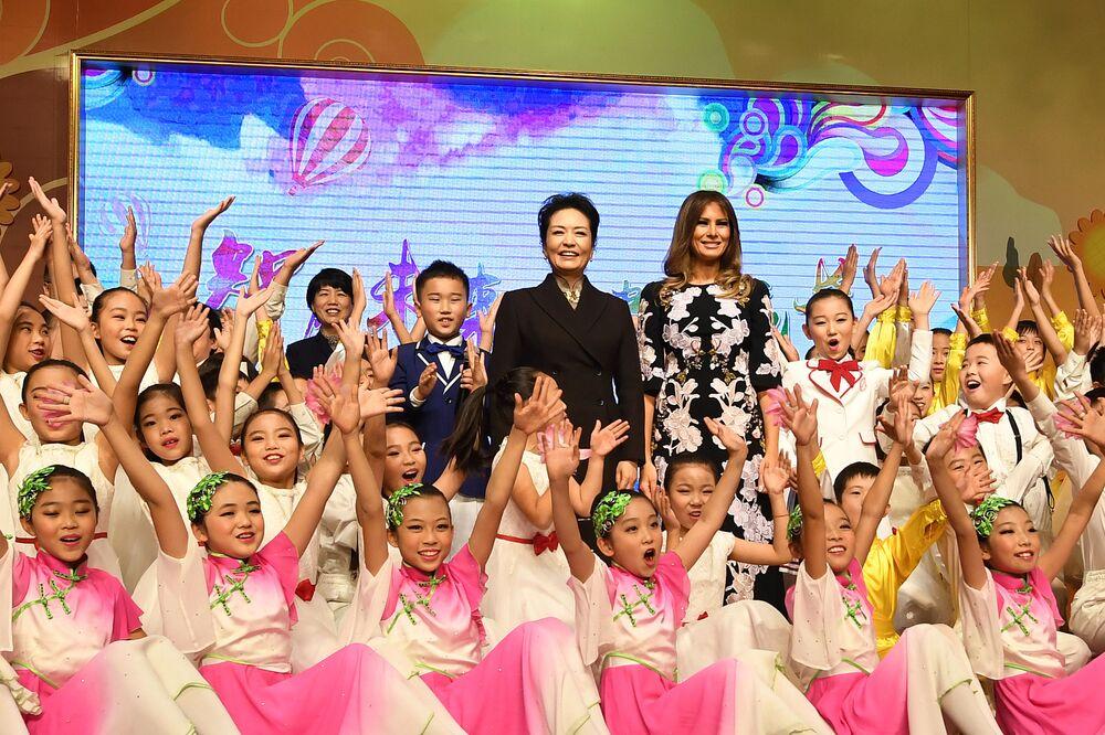 První dámy Číny a USA během návštěvy návštěvy základní školy v Pekingu.