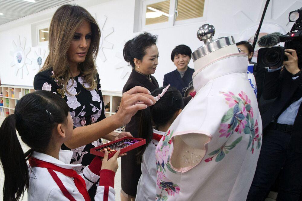 První dáma USA s manželkou Si Ťin pchinga během návštěvy základní školy v Pekingu.