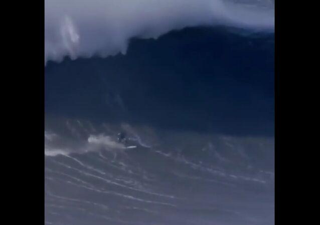Surfař si zlomil páteř při překonávání gigantické vlny. Video
