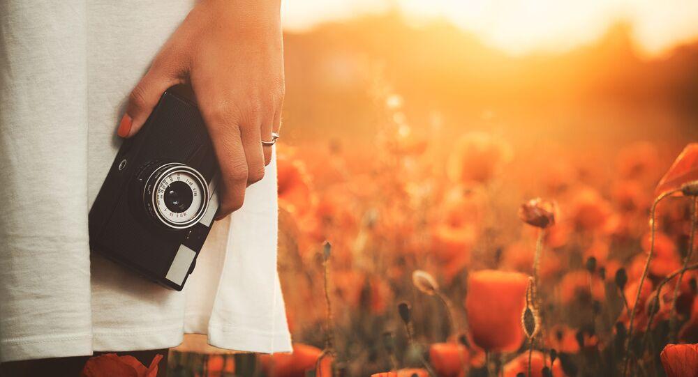 Dívka s fotoaparátem v rukou