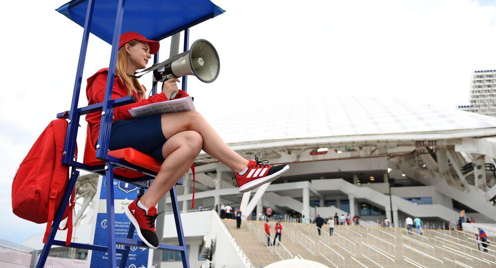 Dobrovolník u stadionu Fišt v Soči