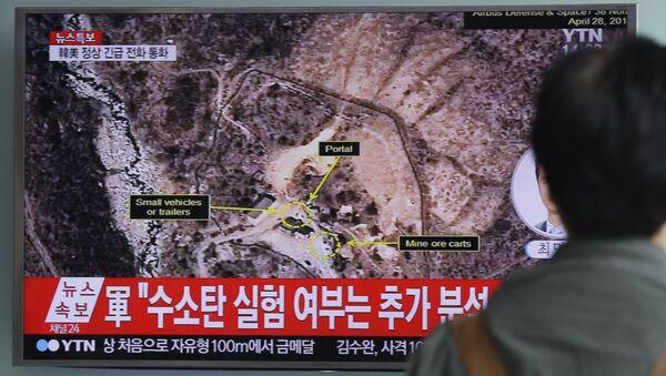 Muž se dívá na zprávu o jaderných zkouškách KLDR - Sputnik Česká republika