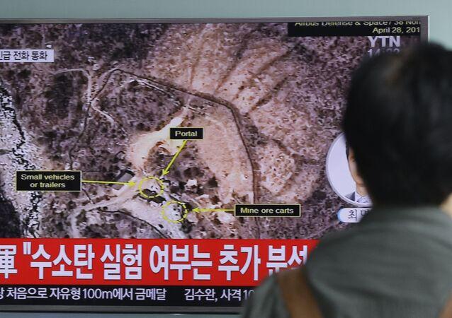 Muž se dívá na zprávu o jaderných zkouškách KLDR