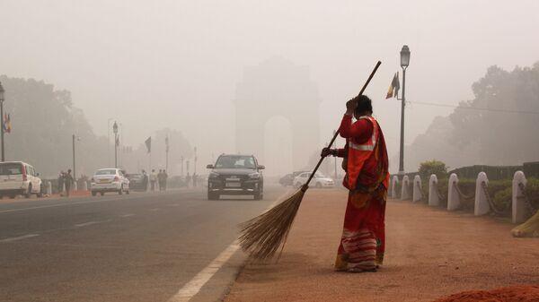 Smog nad třídou Radž Path v Novém Dillí, Indie - Sputnik Česká republika