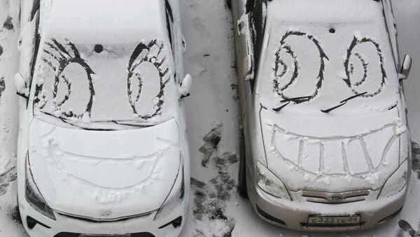 Ksichtíky na zasněžených čelních sklech aut v Krasnojarsku - Sputnik Česká republika