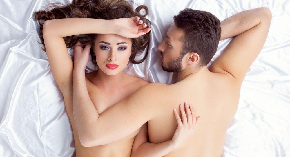 Mladý pár v posteli. Ilustrační foto