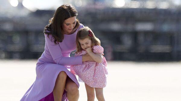 Кэтрин, герцогиня Кембриджская со своей дочерью принцессой Шарлоттой в Гамбурге, Германия - Sputnik Česká republika