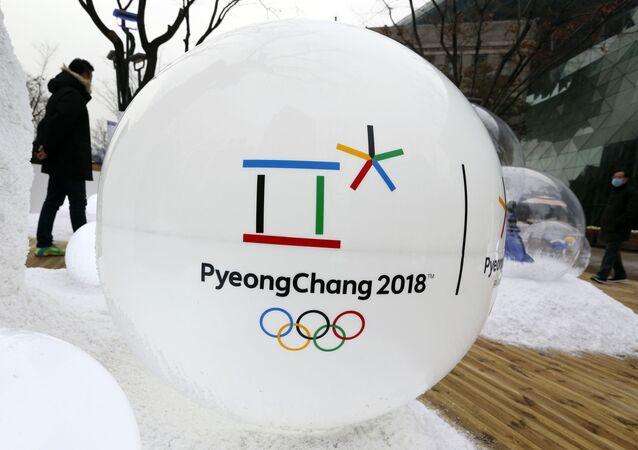 Socha s logem Zimních olympijských her 2018 v Pchjongčchangu