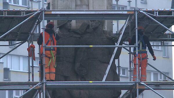 Květinové záhony místo pomníku vojákům: v Polsku demontují monument Rudé armádě - Sputnik Česká republika