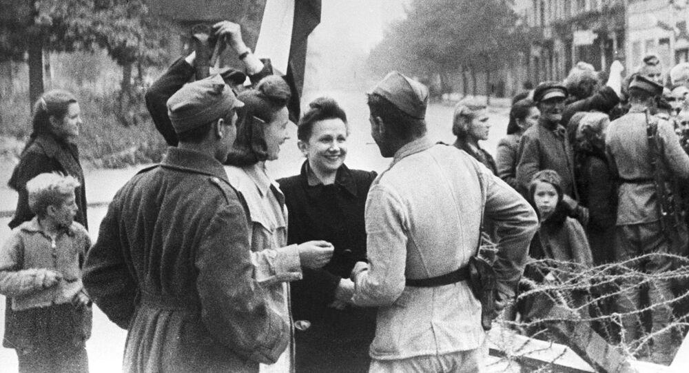 Obyvatelé Varšavy a příslušníci Rudé armády