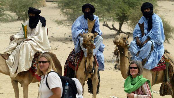 Turisté u členů kmenu Tuaregů - Sputnik Česká republika