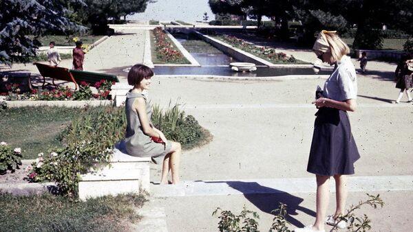 Mladé dívky se fotí ve městském parku - Sputnik Česká republika