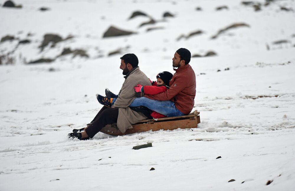 Obyvatelé Kašmíru sáňkují po prvním sněžení v horách vedle Srinagaru