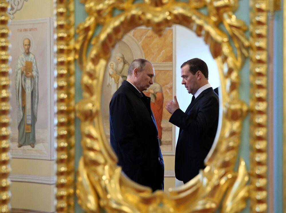 Prezident RF Vladimir Putin a vládní předseda Dmitrij Medveděv během návštěvy Novojeruzalémského mužského klášteru Vzkříšení Páně v Istře, Moskevská oblast