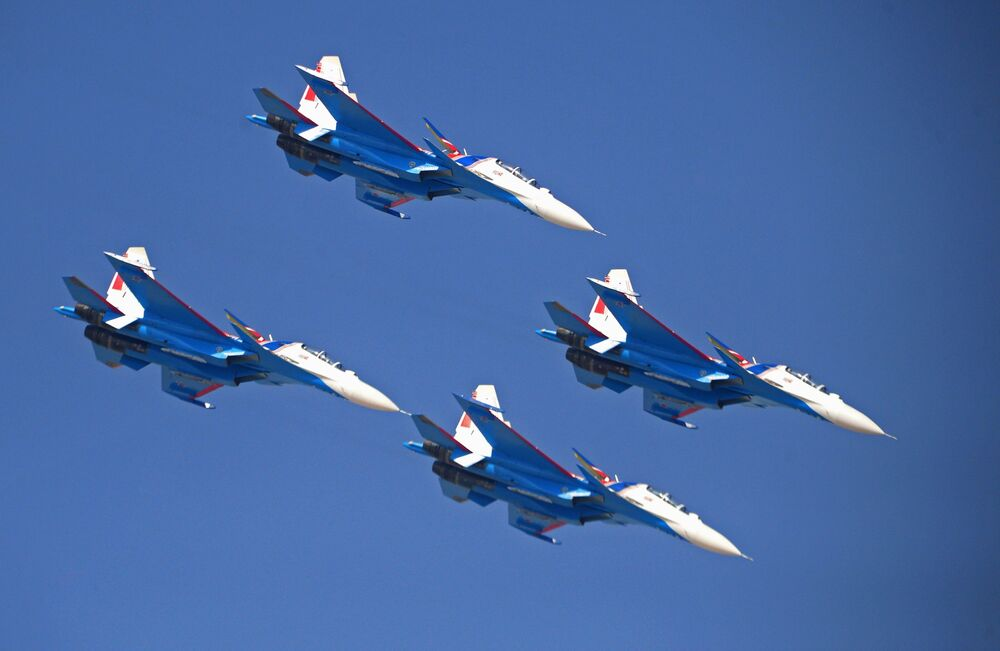 Vystoupení ruské akrobatické letecké skupiny Russkije viťazi se stíhačkami Su-30SM na Mezinárodní letecké a kosmické výstavě Dubai Airshow 2017