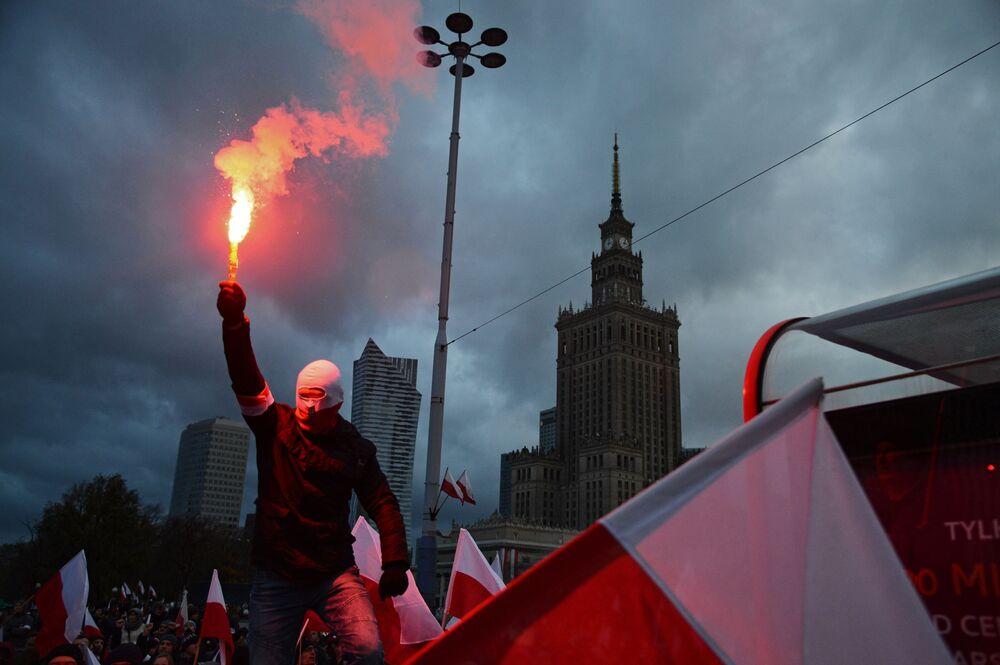 Účastník pochodu u příležitosti Dne nezávislosti Polska ve Varšavě