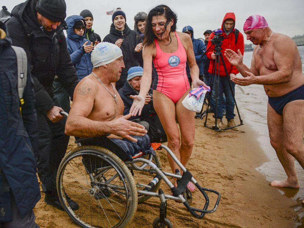 Účastníci festivalu zimního plávání Ledostav na pláži u Petropavlovské pevnosti v Petrohradě