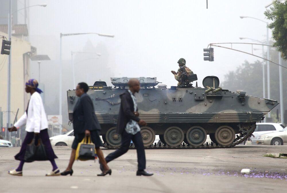 Voják na tanku hlídkuje v ulicích města Harara, Zimbabwe