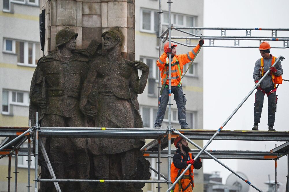Demontáž pomníku vděčnosti Rudé armádě v polském Štětínu