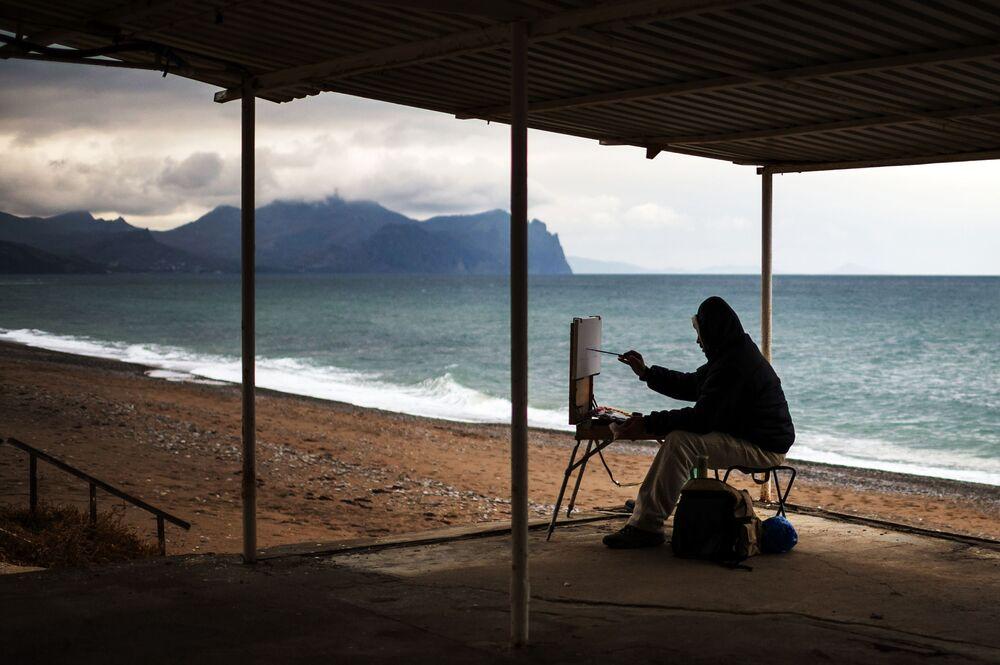 Malíř na jedné ze sevastopolských pláží, Krym