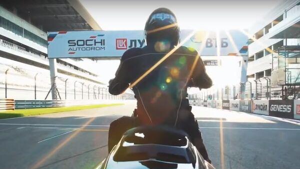 V Soči na trase Formula 1 došlo k testu prototypu těžkého motocyklu Iž, Video - Sputnik Česká republika