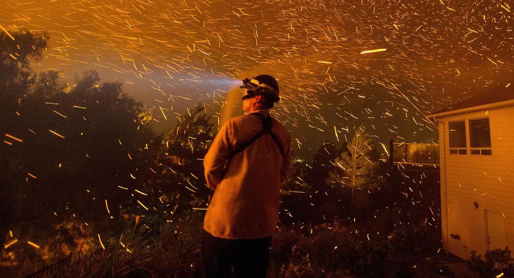 Hasič hasí hořící dům ve Washingtonu (Ilustrační foto)