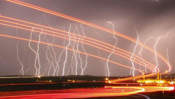 Blesky ozařují noční oblohu nad letištěm Daggett v Kalifornii. - Sputnik Česká republika