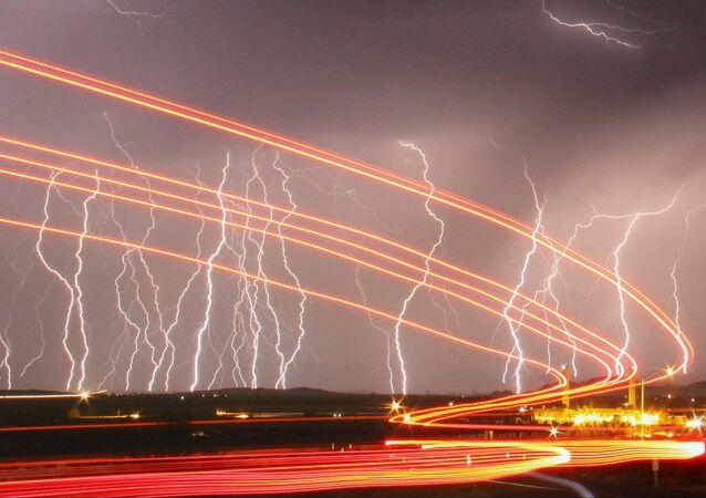 Blesky ozařují noční oblohu nad letištěm Daggett v Kalifornii.