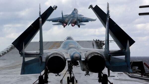 Stíhací letouny Su-33 a MiG-29K na palubě těžkého letadlového křižníku Admirál Kuzněcov - Sputnik Česká republika
