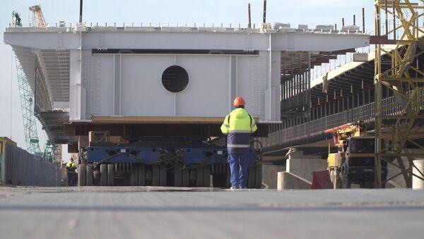 Stavbaři spojili dopravními oblouky jednu z mořských částí mostu na Krym - Sputnik Česká republika