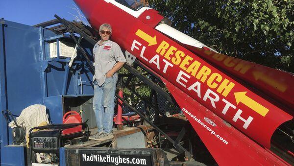 Mike Hughes na pozadí své rakety - Sputnik Česká republika