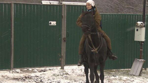 Práce snů: Moskvanka opustila rodné město, aby rozvážela poštu na koni - Sputnik Česká republika