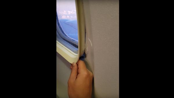 Na internetu se objevilo video z letadla, ve kterém se odlomil kus okna - Sputnik Česká republika