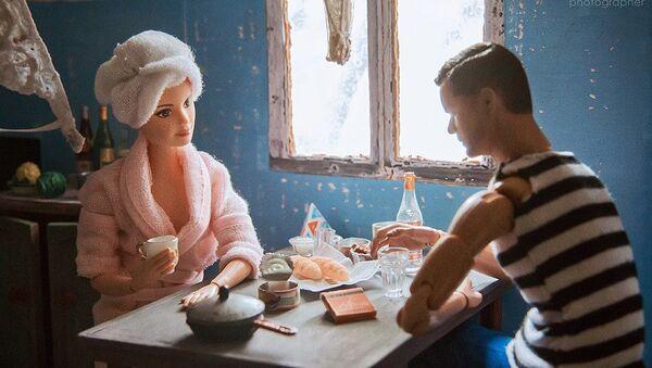Fotografka z Jekatěrinburgu ubytovala Barbie a Kena do sovětského společného bytu. - Sputnik Česká republika