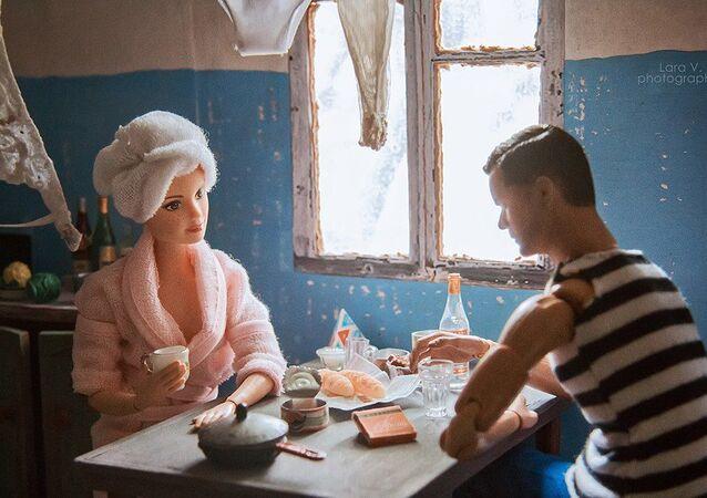 Fotografka z Jekatěrinburgu ubytovala Barbie a Kena do sovětského společného bytu.