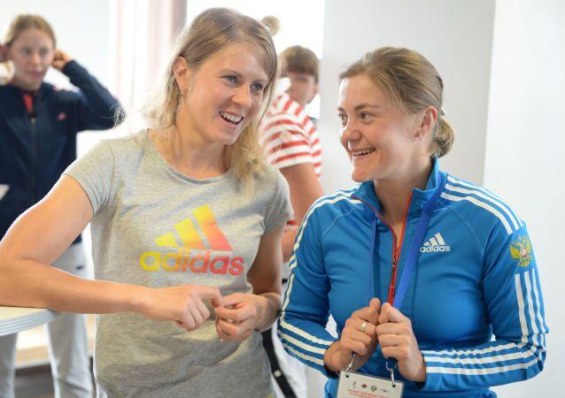 Jana Romanovová (vlevo) s Jekatěrinou Jurlovovou. Ilustrační foto
