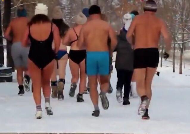 To je hrozné: zimní mráz v Rusku nezabrání svléknutí do plavek