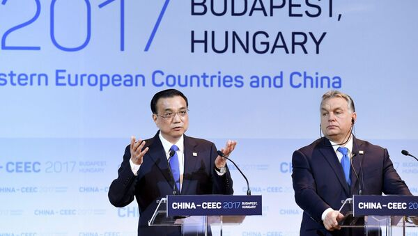 Premiér ČLR Li Keying a maďarský premiér Viktor Orbán na summitu v Budapešti - Sputnik Česká republika