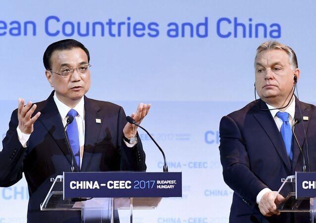 Premiér ČLR Li Keying a maďarský premiér Viktor Orbán na summitu v Budapešti