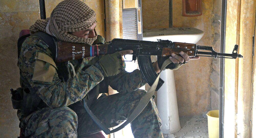 Voják syrských demokratických sil v Rakce. Archivní foto