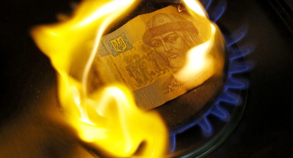 Одногривенная купюра горит на газовой конфорке