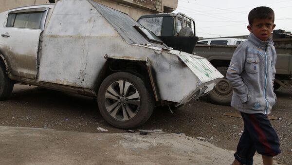 Chlapec u obrněného auta v Iráku - Sputnik Česká republika