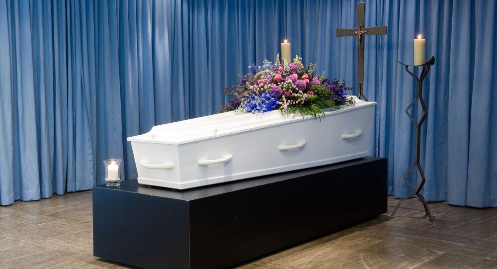 Hrobka s květinami. Ilustrační foto