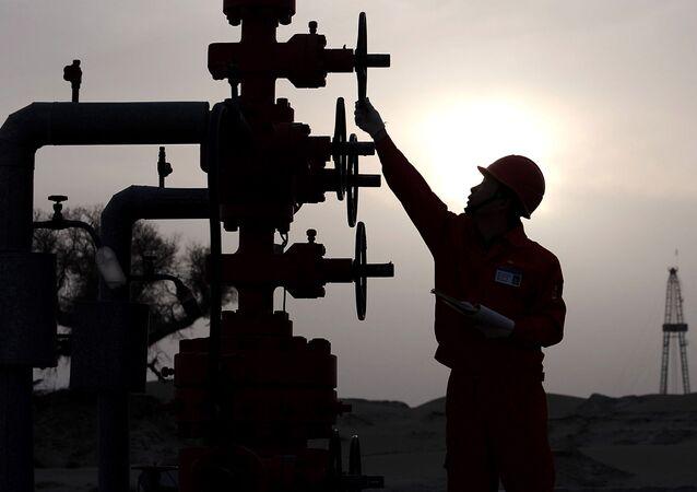 Pracovník na ropném nalezišti PetroChina v Číně