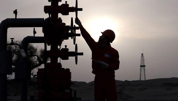 Pracovník na ropném nalezišti PetroChina v Číně - Sputnik Česká republika